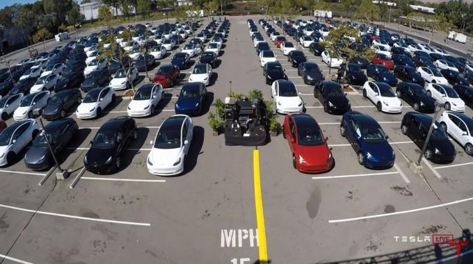 테슬라 주주들이 자동차를 타고 배터리 데이 행사를 지켜보고 있다. 유튜브 라이브 캡쳐