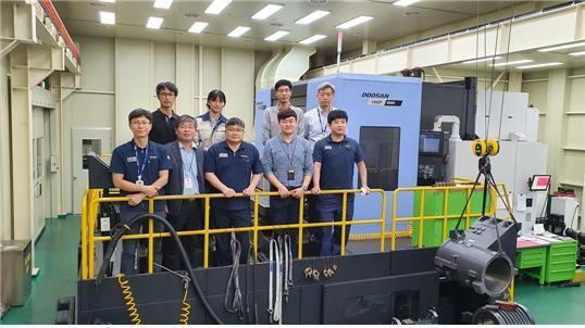 한국기계연구원과 두산공작기계 연구원들이 4축 수평형 지그센터 시제품 앞에 서있다. 기계연 제공.