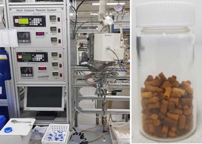 연구팀이 개발한 연속 반응기(왼쪽)과 촉매의 모습이다. 한국화학연구원 제공