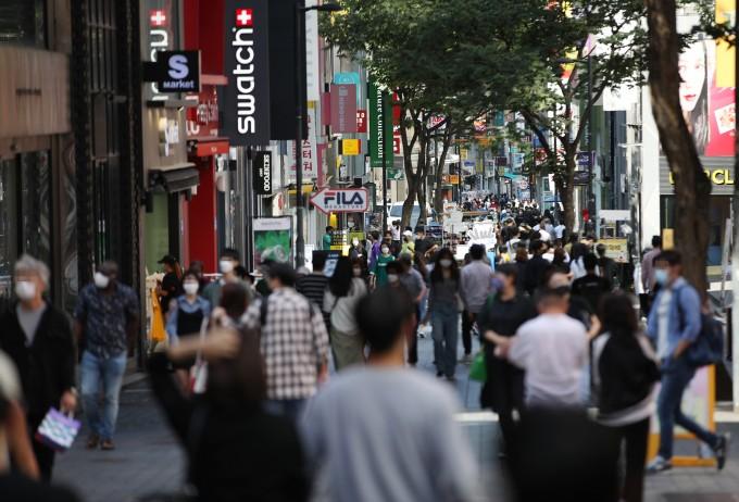코로나19 확산세가 다소 주춤하는 가운데 20일 서울 명동 거리에서 시민들이 이동하고 있다. 연합뉴스 제공