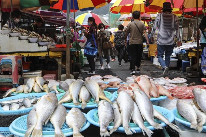 추석 연휴를 엿새 앞둔 24일 부산 중구 자갈치 시장이 제수용품을 구입하려는 시민들로 활기를 띠고 있다. 연합뉴스 제공