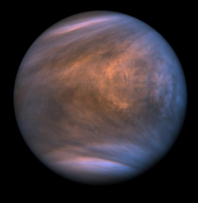 일본 탐사서 아카쓰키가 자외선을 이용해 촬영한 금성의 대기 모습이다. 두터운 대기 때문에 지표면은 고온 고압의 지옥 같은 환경이지만, 대기와 구름 사이에는 생명이 살 수 있는 환경이 일부 있을 것으로 추정된다. 이번에 미국과 영국 연구팀은 대기에서 생명체가 생산하지 않으면 발견하기 힘든 물질인 인화수소를 발견했다. 금성에 생명체가 존재할지 관심이 모인다. JAXA 제공