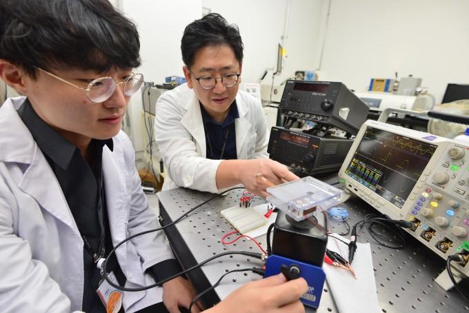 KIST 송현철 박사(가운데)가 개발한 에너지 하베스터로 공진 현상을 유도하여 발생한 에너지를 측정하는 실험을 하고 있다. KIST 제공