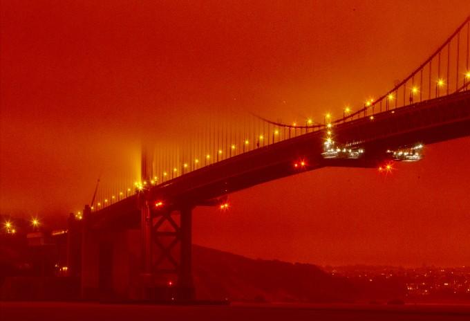 9일(현지시간) 오전 11시 미국 캘리포니아주 샌프란시스코 금문교 일대가 미국 서부 해안 지역에서 발생한 대형 산불의 여파로 주황색 연무에 휩싸여 있다. AP/연합뉴스 제공