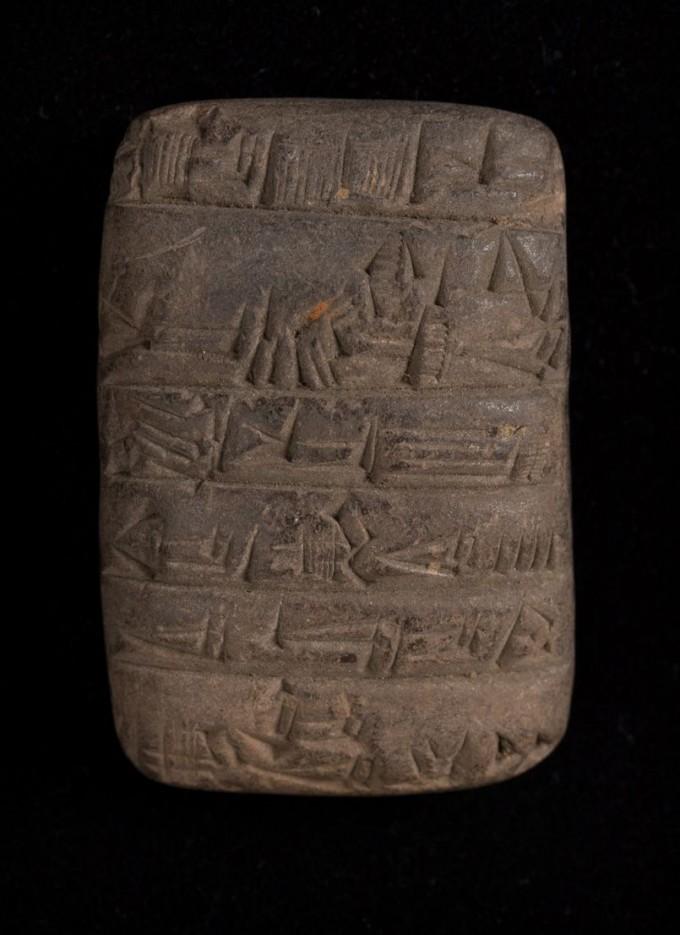 케임브리지대 도서관이 소장 중인 기원전 2200년 수메르에서 기록된 점토판이다. 현존하는 가장 오래된 기록물이다.