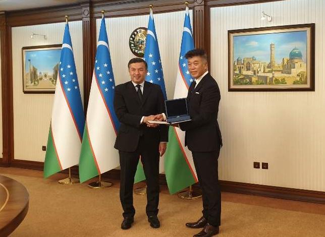 최재욱 고려대 의대 예방의학교실 교수가 우즈베키스탄 대통령실로부터 제1급 보건 훈장을 지난 15일(현지시간) 수여받았다. 고려대 의대 제공