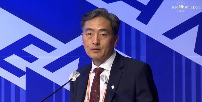 김정상 듀크대 교수가 이달 18일 열린 세계지식포럼에서 양자컴퓨터와 인공지능(AI)에 대해 설명하고 있다. 세계지식포럼 동영상 캡처