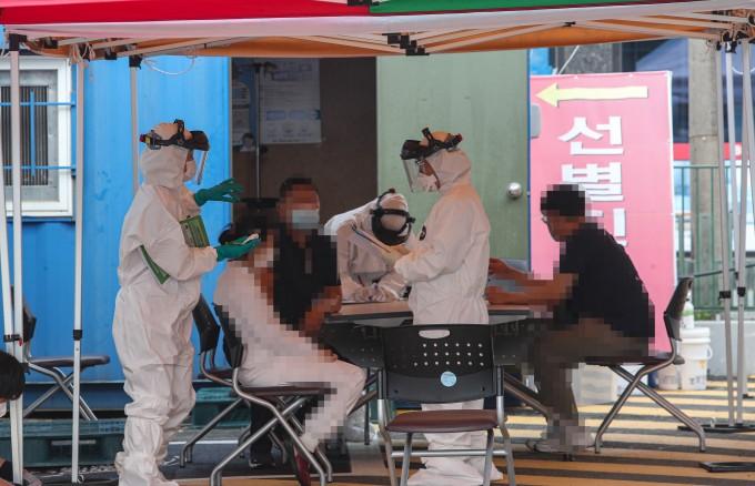 주민들이 3일 오전 충남 청양군 청양읍 청양의료원 선별진료소에서 코로나19 진단검사를 받고 있다. 연합뉴스 제공