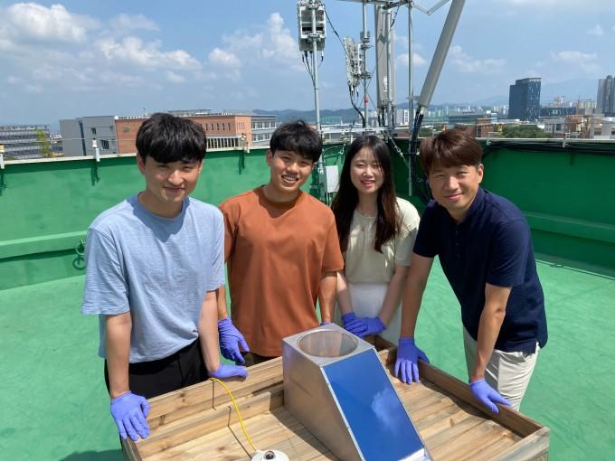 소재 개발을 맡은 연구팀이 한 자리에 모였다. 왼쪽부터 김도현 연구원, 이길주 연구원, 허세연 연구원, 송영민 교수다. GIST 제공