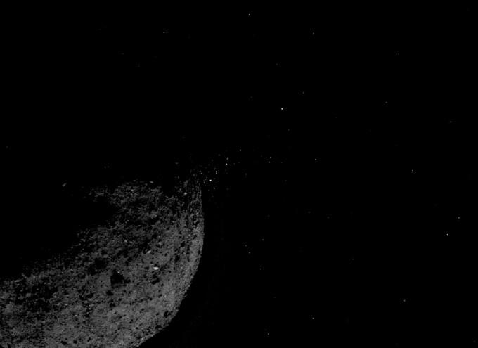 지난해 1월 19일 미국항공우주국(NASA)의 소행성 탐사선 ′오시리스-렉스′에 탑재된 카메라가 촬영한 소행성 베누의 모습이다. 베누의 표면 위로 반짝거리는 물체가 다수 보이는데, 이는 별이 아니라 베누에서 튀어나온 입자인 것으로 확인됐다. NASA 제공