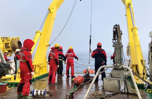 아라온호 연구팀이 북극항해 현장연구 활동을 하고 있다. 극지연구소 제공.
