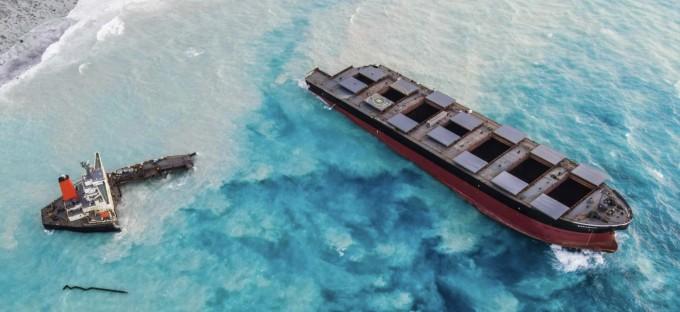 일본 화물선 침몰로 유출된 기름이 모리셔스 해안가를 덮고 있다. 게티 제공.