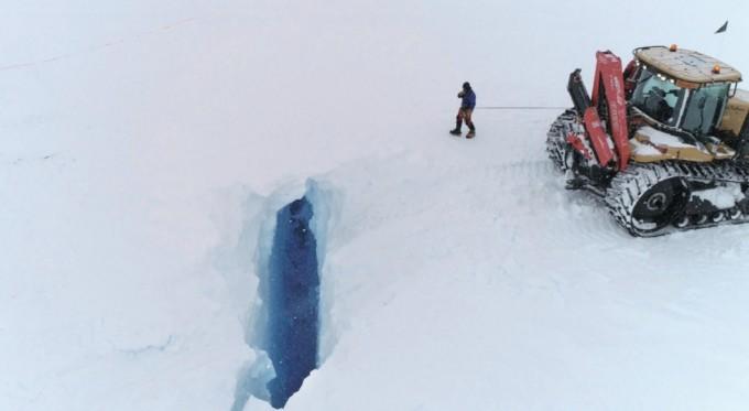 히든 크레바스는 절벽 위로 눈이 덮여 있어 맨눈으로 확인할 수 없다. 사진은 갑자기 절벽 아래로 눈이 떨어지며 모습이 드러난 히든 크레바스다. 극지연구소 극지기술개발지원부 제공