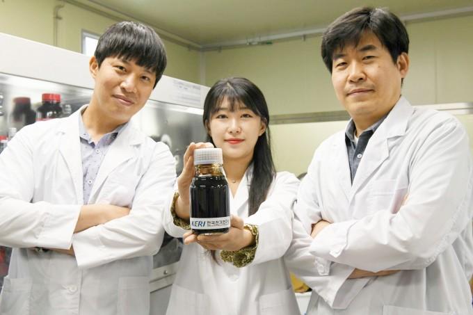 박준우 차세대전지연구센터 선임연구원, 김민주 연구원, 이상민 차세대전지연구센터장(왼쪽부터)이 고체전해질 용액을 들어보이고 있다. 전기연구원 제공.