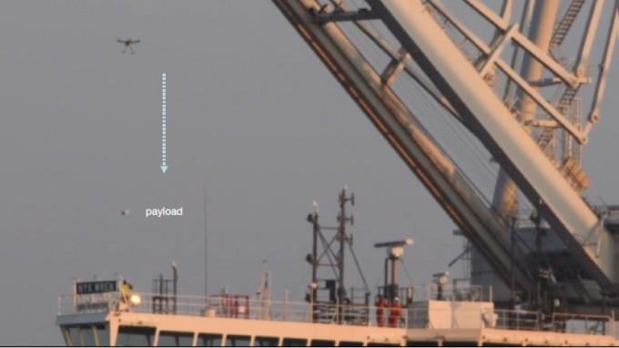 포티투에어와 노턴 릴리가 이달 5일 미국 캘리포니아주 오클랜드 항만에서 선박 승무원에게 도넛 택배를 배송하는 모습이다. 포티투에어 제공