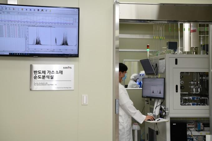 한국표준과학연구원 가스분석표준그룹 산업용독성가스분석표준팀이 불화수소 품질평가를 진행하고 있다. 표준연 제공