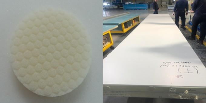 이산화탄소로 만든 폴리우레탄을 이용해 개발한 화장품 쿠션(왼쪽)과 건축 단열재를 개발했다. 한국화학연구원 제공