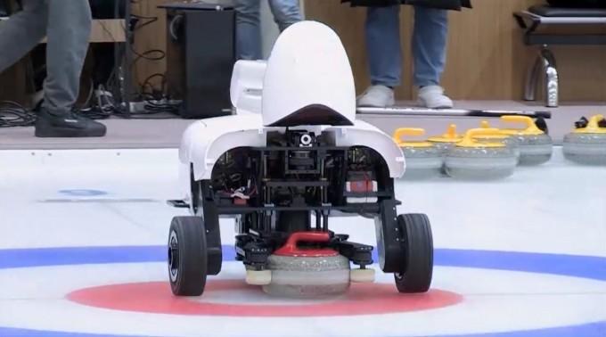 컬리의 투구로봇이 컬링스톤을 던지기 직전의 모습이다. 사이언스 로보틱스 영상 캡쳐