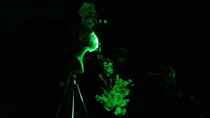 호흡 밸브가 달린 마스크를 낀 마네킹으로 기침 실험을 하는 모습이다. 호흡 밸브를 통해 물방울이 쏟아져 나오는 것을 볼 수 있다. 플로리다애틀랜틱대 제공