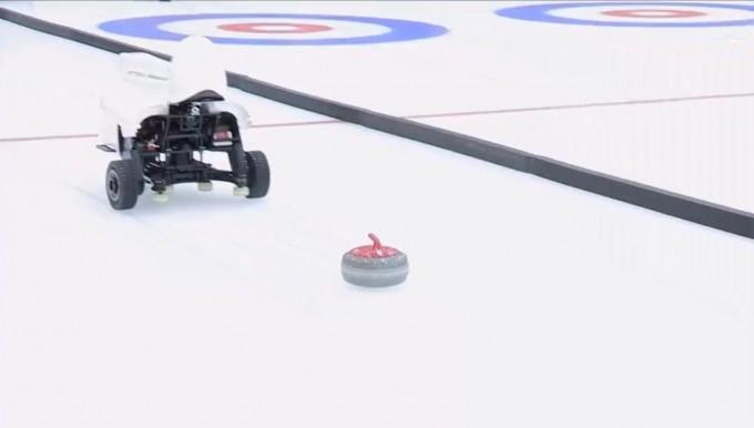 고려대가 개발한 컬링 AI 로봇 ′컬리′가 컬링 스톤을 던지는 장면이다. 컬리는 빙판 위의 체스라고 불리는 복잡한 전략 경기인 컬링을 인간 국가대표선수팀과 대등하게 겨룰 수 있는 AI 로봇이다. 변화하는 상황 변화에 따라 재학습 없이 빠르게 적응하는 AI 기술을 탑재했다. 고려대 제공