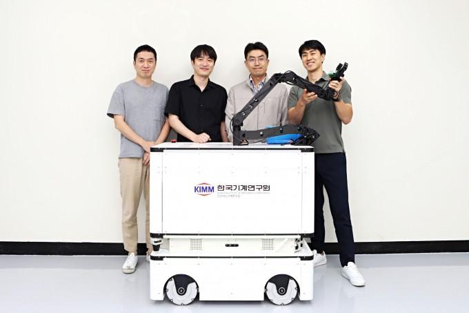 박진성 한국기계연구원 인공지능기계연구실 선임연구원, 김정중 선임연구원, 김창현 실장, 고두열 선임연구원(왼쪽부터) 연구팀은 모듈형 인공지능(AI) 자율작업 로봇을 개발했다. 한국기계연구원 제공
