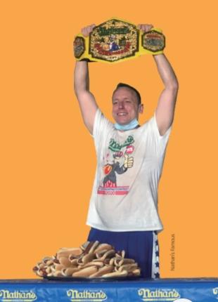 10분 만에 75개의 핫도그를 먹어치우며 대회 신기록을 세운 조이 체스트넛이 챔피언 벨트를 들어 올리고 있다. Nathan's Famous 제공