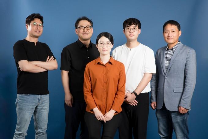 [연구진사진] (좌측부터) 장성연 교수, 권태혁교수, 황은혜연구원, 김형우 연구원, 서관용 교수. UNIST 제공
