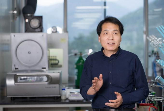 석상일 UNIST 교수(사진)팀이 안정성을 높이고 효율도 역대 최고 수준을 기록한 새로운 페로브스카이트 태양전지 기술을 선보였다. UNIST 제공