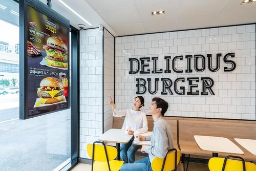 삼성전자, '종이 메뉴판' 없는 디지털 맥도날드 매장 구축