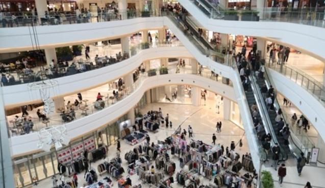 지난 10월 11일 사회적 거리두기 단계가 1단계로 완화되자 서울 영등포구 타임스퀘어가 쇼핑을 하려는 시민들로 붐비고 있다. 연합뉴스 제공