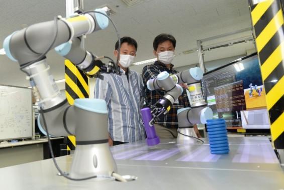 로봇이 스스로 학습해 임무까지 수행한다