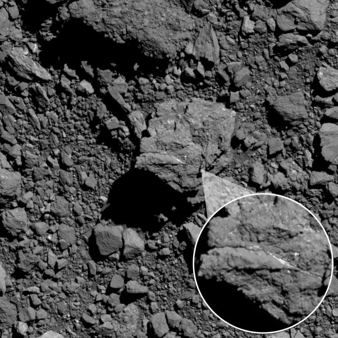 베누 표면에서 발견된 바위에 흰 줄이 나 있다. 과학자들은 이 물체를 탄산염으로 추정했다. NASA 제공
