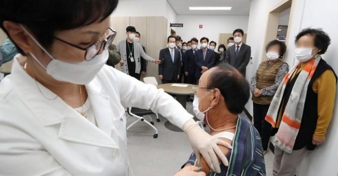 병원에서 독감 예방접종이 이루어지고 있는 모습이다. 연합뉴스 제공