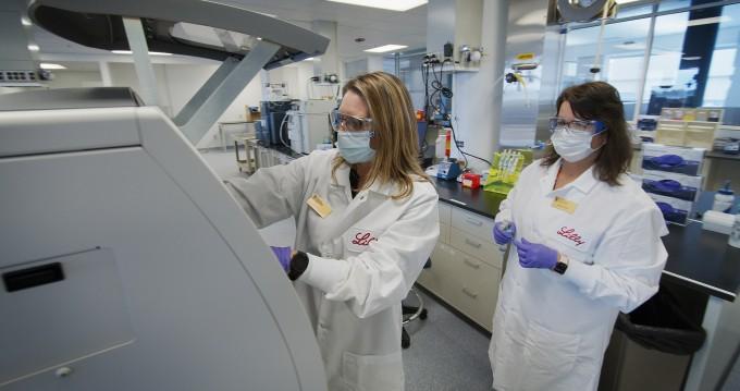 일라이릴리 연구진이 개발 중인 코로나19 항체치료제 후보물질의 안정성을 시험하고 있다. 일라이릴리 제공