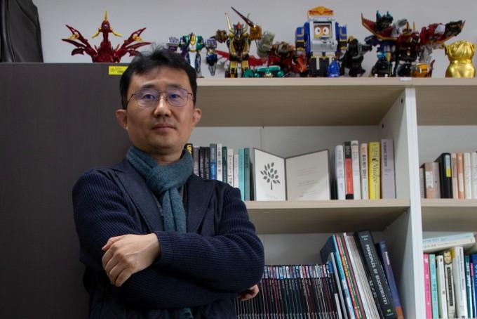 차선신 이화여대 화학·나노과학과 교수가 연구실 한 쪽에 마련된 서재 앞에 서있다.