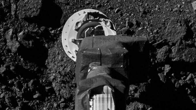 오시리스-렉스가 베누의 샘플을 채집하는 임무를 리허설하는 모습이다. NASA 제공