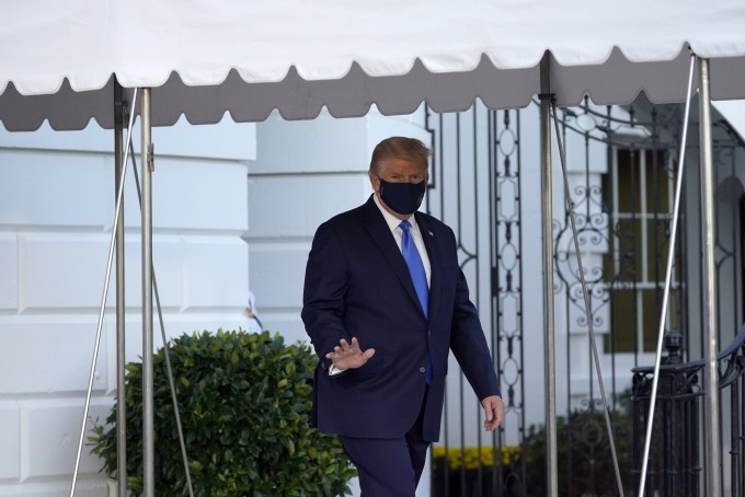도널드 트럼프 미국 대통령은 지난 2일(현지시간) 백악관에서 병원으로 이동하며 취재진에게 손을 흔들어 보이고 있다. AP/연합뉴스 제공