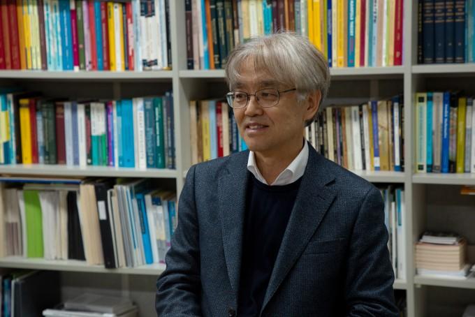 최재경 고등과학원(KIAS) 원장이 수학 전공 서적이 가득한 연구실 서재 앞에서 자신의 서재를 소개하고 있다.