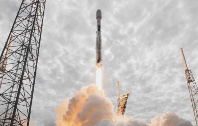 24일(현지시간) 스타링크 위성을 탑재한 팰컨9 로켓이 발사되고 있다. 스페이스X 트위터 제공.