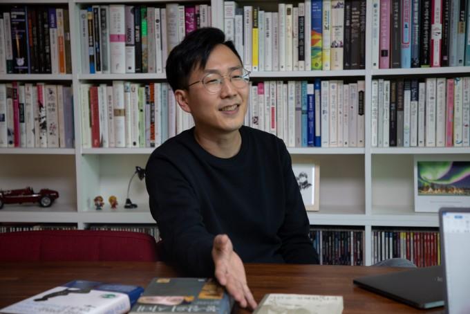 이정원 한국전자통신연구원 선임연구원이 대전 유성 집 거실 한켠에 마련한 자신의 서재를 소개하고 있다.