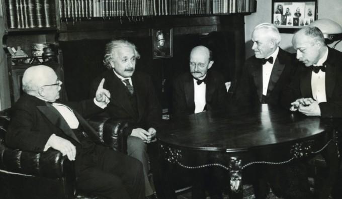 현대물리학 거장들과 함께한 막스 플랑크(가운데). 좌측부터 발터 네른스트, 알버트 아인슈타인, 막스 플랑크, 로버트 밀리컨, 막스 폰 라우에. 모두 노벨상 수상자들이다. 과학동아DB
