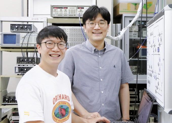 이길호 포스텍 물리학과 교수팀이 마이크로파 세기를 기존 대비 약 10억 배 향상된 민감도로 검출할 수 있는 초고감도 검출기를 개발했다. 왼쪽부터 정우찬 연구원과 이길호 교수다. 삼성전자 제공