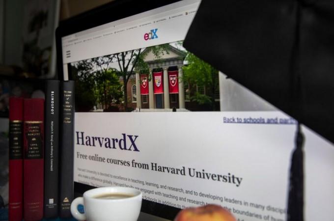 하버드 경영대학원은 2014년 유료 온라인 강좌 HBX(Harvard Business X)를 개설해 개교 100여년 만에 최대 변신을 시도했다.