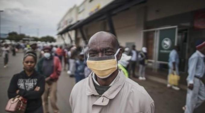 남아공 소웨토의 한 노인이 마스크와 얼굴 보호장비를 하고 있다. AFP/연합뉴스 제공