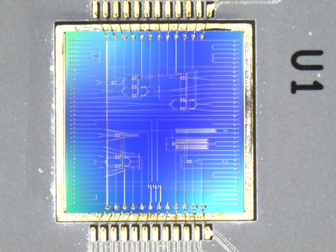 한국전자통신연구원(ETRI) 양자광학연구실 연구진이 개발한 광집적회로. ETRI 제공