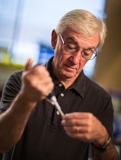 1세대 유전자가위를 고안해 유전자가위를 게놈 교정에 쓸 수 있도록 한 선구적 연구자들도 노벨상 수상 자격이 있다는 지적도 나온다. 사진은 1세대 징크핑거 때부터 현재까지 유전자 교정을 개척해 온 전문가 중 한 명인 다나 캐롤 미국 유타대 교수다. 유타대 제공