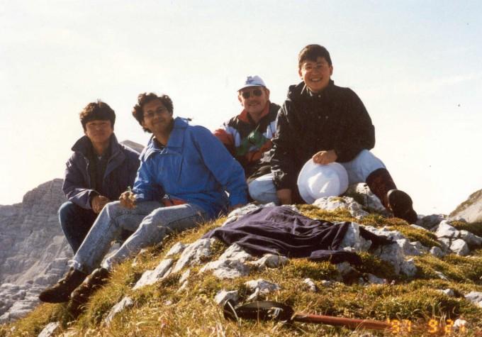 1997년 9월 필자가 겐첼 교수와 함께 한 알프스 등반에서 촬영한 사진이다. 맨 오른쪽이 필자인 박수종 경희대 우주과학과 교수이며 오른쪽에서 두번째가 라인하르트 겐첼 교수다. 박수종 교수 제공.
