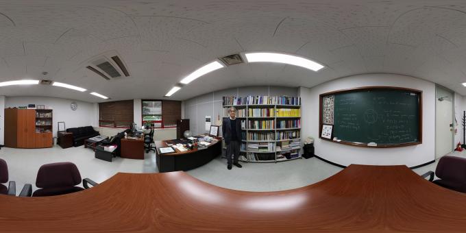 최재경 고등과학원 원장이 연구실에 마련한 자신의 서재를 소개하고 있다. VR카메라로 최 원장의 서재를 촬영한 모습.