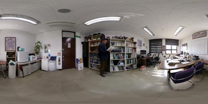 차선신 이화여대 교수가 연구실 한쪽에 마련한 서재 앞에서 포즈를 취하고 있다. VR카메라로 차 교수의 서재를 촬영한 모습.