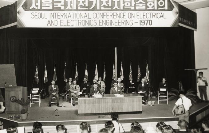 1970년, 갓 운영을 시작한 한국과학기술연구소(현 한국과학기술연구원·KIST)는 세계적 공학학술행사인 국제전기전자학술대회를 개최하며 공학 분야에 적극적으로 이름을 알렸다. KIST 제공